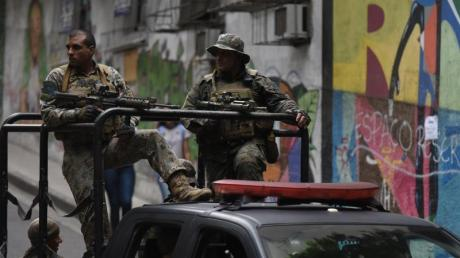 Sicherheitskräfte patrouillieren in der favela Babilonia. In keinem anderen Land der Welt kommen so viele Menschen bei Polizei-Einsätzen ums Leben wie in Brasilien.