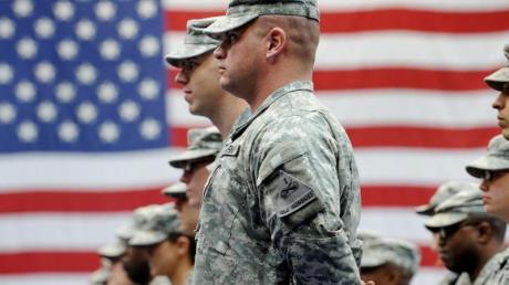 US-Soldaten stehen nach ihrer Ankunft auf der US-Airbase in Wiesbaden-Erbenheim.