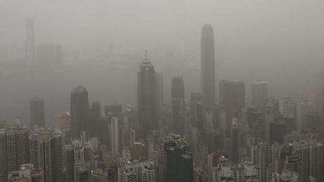 Nebel und dunkle Wolken lassen die Silhouette Hongkongs auf dieser Ansicht im Ungefähren verschwimmen. Das trifft die politische Stimmung.