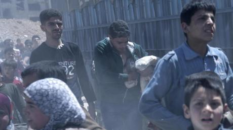 Im syrischen Duma werden - hier im Jahr 2018 im Auftrag der Regierung - Lebensmittel ausgeteilt.