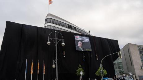 Schwarz wie die Kohle:Die CDU-Parteizentrale umhüllt mit schwarzem Stoff.