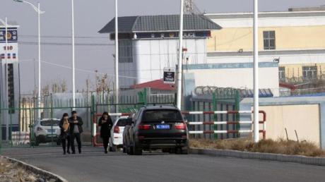 «Artux City Vocational Skills Education Training Service Center» in der westchinesischen Region Xinjiang. Der US-Zoll hat chinesische Produkte aus menschlichem Haar beschlagnahmt, die in Zwangsarbeit hergestellt worden sein sollen.