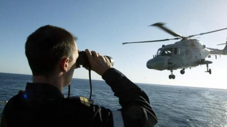 Ein Hubschrauber der französischen Marine hebt von der Fregatte «Tourville» auf dem Roten Meer ab.