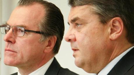 Clemens Tönnies (l), Unternehmer, und der damalige Bundeswirtschaftsminister Sigmar Gabriel (SPD) bei einer Pressekonferenz in Rheda-Wiedenbrück.