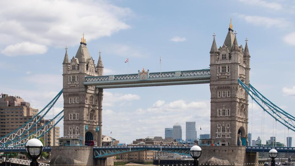 Zwei einsame Joggerinnen an der Tower Bridge in London. Premier Boris Johnson hat lange gezögert, ehe er Maßnahmen gegen Corona anordnete. Umso härter wurde das Land schließlich von der Krise getroffen.