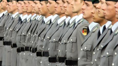 Rekruten der Bundeswehr nehmen im Jahr 2009 in Berlin an dem öffentlichen Gelöbnis teil.