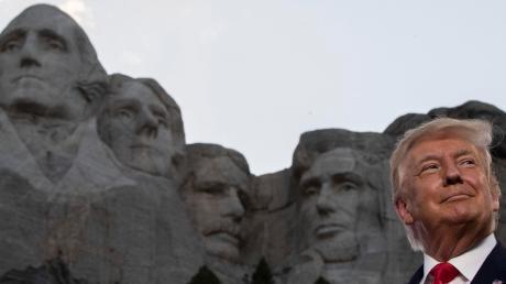 """Donald Trump vor dem """"Mount Rushmore National Memorial"""", in das die Präsidenten George Washington, Thomas Jefferson, Theodore Roosevelt und Abraham Lincoln in Fels gesprengt und gehauen wurden."""