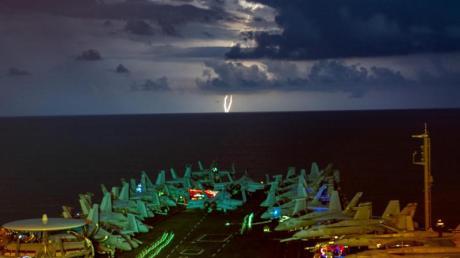 Militärjets stehen auf dem Flugdeck des Flugzeugträgers USS Nimitz (CVN 68) im Südchinesischen Meer während eines Gewitters. Die «USS Nimitz» und die «USS Ronald Reagan» führen als Nimitz Carrier Strike Force Dual Carrier-Operationen im Südchinesischen Meer ein Manöver durch.