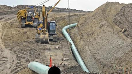 Baumaschinen und Rohre an einer Baustelle der Pipeline Dakota Access.