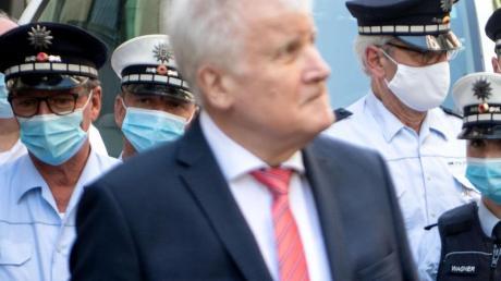 Bundesinnenminister Horst Seehofer vor einer Gruppe Polizisten. Seehofer beklagt, eine ständige Kritik an der Polizei.