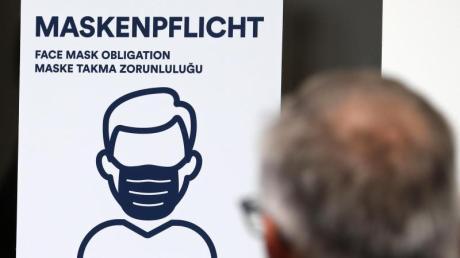 Aushang an einer Bankfiliale in der Innenstadt von Rostock.