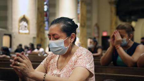 Betende Gläubige in der römisch-katholischen Kirche St. Bartholomew in New York. Die Kirche hat nach fast vier Monaten zum ersten Mal eine Messe abgehalten.