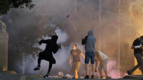 Demonstranten stoßen bei Protesten in Belgrad mit Polizisten zusammen.