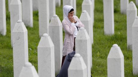 In einem Wald von Gräbern: Eine Muslimin sucht ihre Angehörigen.