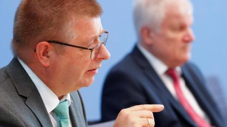 Thomas Haldenwang (vorne), Präsident des Verfassungsschutz, und Bundesinnenminister Horst Seehofer warnen vor wachsender Gewaltbereitschaft bei Extremisten.