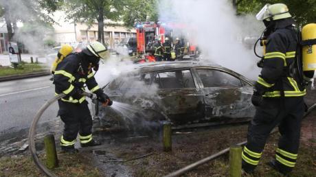 Feuerwehrleute löschen während des G20-Gipfels im Jahr 2017 ein brennendes Auto in Hamburg-Altona.