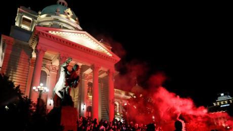 Demonstranten dringen ins serbische Parlament ein.