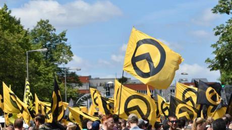 Anhänger der «Identitären Bewegung» demonstrieren in Berlin (Archiv). Twitter hat Konten der rechtsextremen Gruppierung gesperrt.