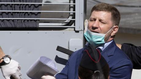 Sergej Furgal, Gouverneur von Chabarowsk, wird aus einem Gerichtssaal in Moskau geführt.
