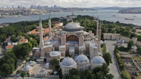 Rund 90 Jahre nach der Umwandlung des Istanbuler Wahrzeichens Hagia Sophia in ein Museum durch Republikgründer Mustafa Kemal Atatürk wird das Gebäude wieder eine Moschee.