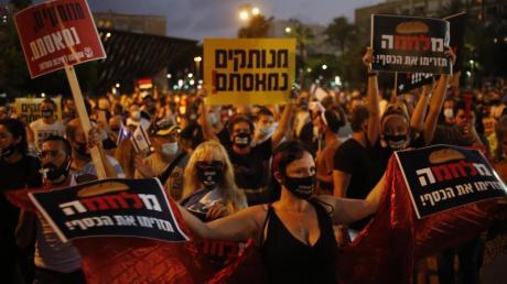 Tausende Israelis versammelten sich auf dem Rabin-Platz in Tel Aviv, um gegen Premierminister Netanjahu und die wirtschaftliche Notlage infolge von Einschränkungen wegen der Corona-Pandemie zu demonstrieren.