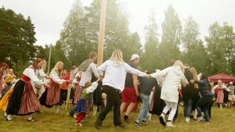 Mittsommer, die kürzteste Nacht des Jahres im Juni, ist das wichtigste Fest im schwedischen Kalenderjahr. So ausgelassen wie auf unserem Foto konnten die Menschen dieses Jahr nicht feiern – im Gegenteil.