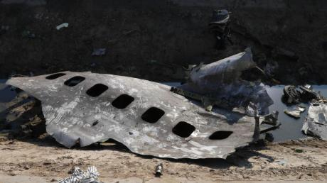 Trümmerteile der ukrainischen Passagiermaschine liegen am Absturzort. Das Flugzeug wurde von einer iranischen Flugabwehrrakete getroffen.