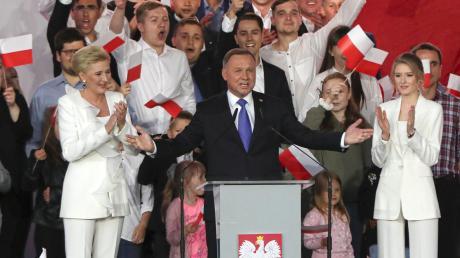 Andrzej Duda (Mitte), hier mit seiner Frau Agata Kornhauser-Duda (M, l) und Tochter Kinga (M, r) sowie einigen Unterstützern, wurde als polnischer Präsident wiedergewählt.