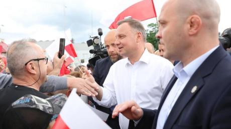 Mit einem hauchdünnen Sieg gegen den europafreundlichen Herausforderer Trzaskowski hat sich Amtsinhaber Duda bei der Präsidentenwahl eine zweite Amtszeit gesichert.