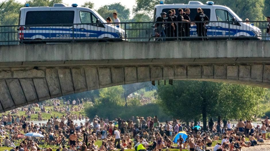 Gerade an der Isar in München hat die Polizei viel zu tun, um die Corona-Regeln durchzusetzen.