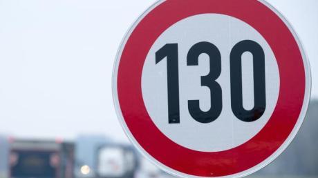 Verkehrsschild mit der Geschwindigkeitsangabe von 130 Stundenkilometern.