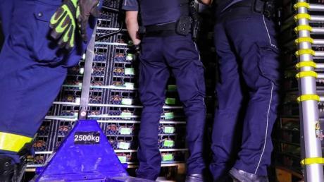 Beamte des Zolls durchsuchen die Ladefläche des angehaltenen Kühllasters.