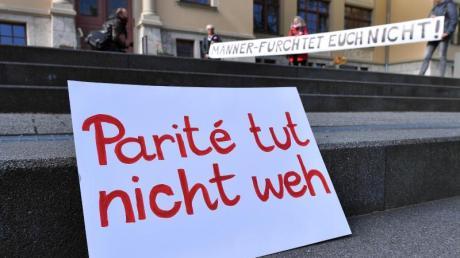 Eine Aktion des Landesfrauenrats Thüringen vor dem Verfassungsgerichtshof. Trotz des Scheiterns eines Paritätsgesetzes durch das Thüringer Verfassungsgericht schreiben Politiker mehrerer Parteien eine Quotenregelung noch nicht ab.