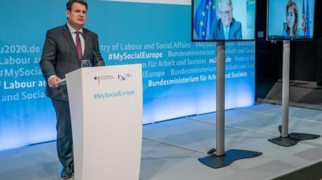 Bundesminister Hubertus Heil (SPD, l) spricht bei einer Pressekonferenz nach der Informellen Videokonferenz der EU-Arbeits- und -Sozialminister.