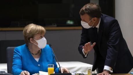 Bundeskanzlerin Angela Merkel spricht mit dem französischen Präsidenten Emmanuel Macron am zweiten Tag des EU-Gipfels.
