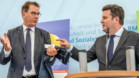 Arbeitsminsiter Heil (rechts) und Entwicklungsmminister Müller während einer Pressekonferenz zum Lieferkettengesetz in Berlin.
