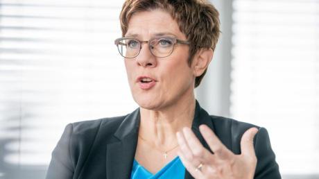 «Ich gehe davon aus, dass jemand, der sich als CDU-Vorsitzender aufstellen lässt, dass auch tut, um Kanzlerkandidat zu werden», sagt Kramp-Karrenbauer.