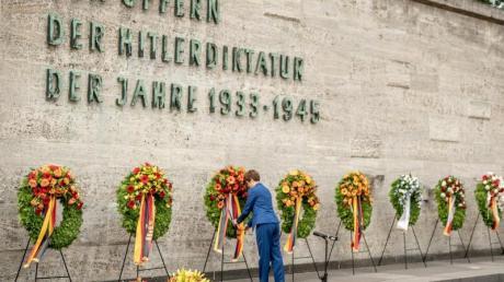 Verteidigungsministerin Annegret Kramp-Karrenbauer beim Gedenken an die Ermordeten des Widerstands gegen die nationalsozialistische Gewaltherrschaft in der Gedenkstätte Plötzensee.
