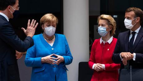 Kanzlerin Angela Merkel, EU-Kommissionschefin Ursula von der Leyen. Frankreichs Präsident Emmanuel Macron und der niederländische Premier Mark Rutte (links).