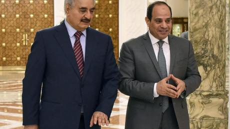 Abdel Fatah El-Sisi (r), Präsident von Ägypten, begrüßt 2019 Chalifa Haftar, ehemaliger Militäroffizier und Chef der selbsternannten Libyschen Nationalen Armee.
