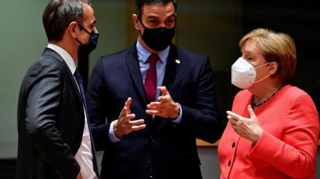Der griechische Ministerpräsident Kyriakos Mitsotakis im Gespräch mit Spaniens Ministerpräsident Pedro Sanchez und Deutschlands Bundeskanzlerin Angela Merkel.