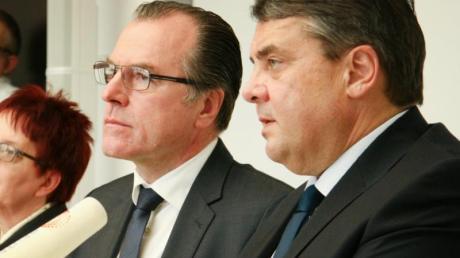 Fleischfabrikant Clemens Tönnies zusammen mit dem damaligen Bundeswirtschaftsminister Sigmar Gabriel im Februar 2015.