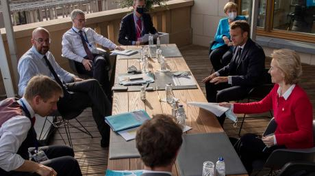 Die ersten Sakkos sind abgelegt, jetzt wird verhandelt: Szene vom EU-Gipfel, unter anderem mit Kanzlerin Angela Merkel (hinten rechts).