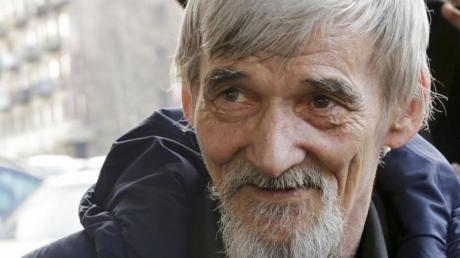 Der Menschenrechtler und Historiker Juri Dmitrijew spricht zu Journalisten.