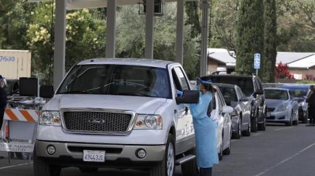 Mitarbeiter des Gesundheitswesens nehmen in einem Covid-19-Testzentrum im US-Bundesstaat Kalifornien Proben von Personen.