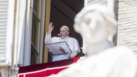 Papst Franziskus spricht während des Angelus-Gebets am Fenster seiner Residenz den Segen.