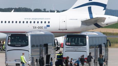 Angekommen: Flüchtlinge aus griechischen Flüchtlingslagern steigen aus dem Flugzeug am Flughafen Kassel-Calden.