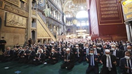 Recep Tayyip Erdogan (m.), Staatspräsident der Türkei, nimmt an den Freitagsgebeten in der Hagia Sophia teil.