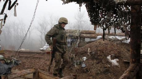Ein ukrainischer Soldat bringt sich an der Frontlinie in der Region Donezk in Stellung.