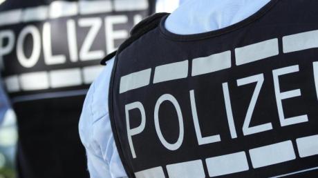 Das Symbolfoto zeigt Polizisten in Schutzwesten.